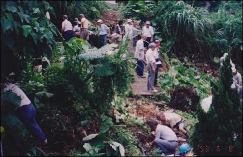 六張犁白色恐怖犧牲者棄葬區發現現場,政治受難人互助會的老同學們合力挖掘這些被深埋泥土中的犧牲者墓碑。
