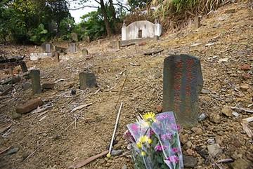 描述二二八事件著名的版畫《恐佈的檢查》作者:四川籍政治受難犧牲者黃榮燦之墓