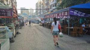 開市前的清真美食街。