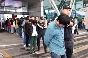 2015年11 月大陸從印尼與柬埔寨,遣返254名大陸籍詐騙嫌犯回到大陸接受審判。 (新華社 梁旭 攝)