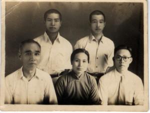 吳澍培(後排右一)與同案翁啟林(後排左一)。