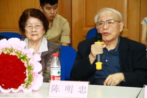陳明忠與妻子馮守娥(左)。