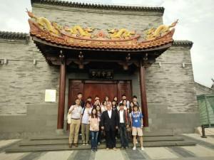 在台灣會館前合影