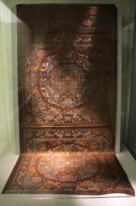 1937年抗戰爆發,這批原屬當時河南博物館的織錦輾轉多地,終於遷移到臺灣,最後由台北歷史博物館收藏。