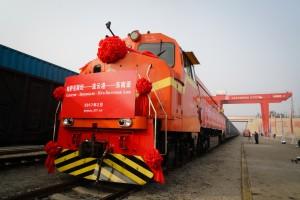 一列來自哈薩克裝載有720噸小麥的火車駛入中哈連雲港物流中轉基地。這是哈薩克小麥首次從中國大陸過境發往東南亞市場,標誌著中哈糧食過境安全大通道正式打通。 (新華社 李響 攝)