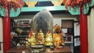 日方立於鹿窟溝畔的「南無阿彌陀佛」石,以農曆的八月十五日(中秋)為例祭日。