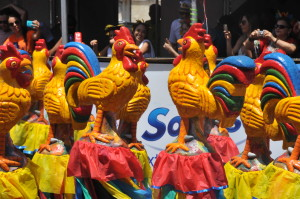 巴西狂歡節致敬中國雞年。(新華社 趙焱 攝)