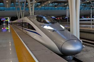 由大陸自主研發設計的,高鐵CRH380A型動車組在上海虹橋車站。
