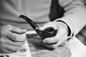 煙斗是詩人生活中不可缺少的必需品,保養煙具也是一種樂趣。(陳文發攝影)