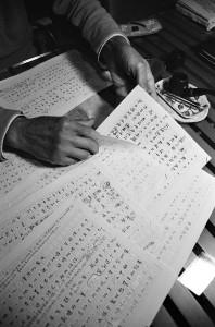 詩人展示近來寫作的一疊疊手稿。