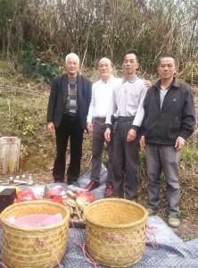 張傳來(左二)和張明正(左一)今年3月去詔安掃墓(張傳來供圖)。