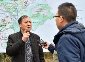 塘約村黨支書左文學(左)接受記者採訪。