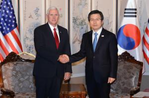 美國副總統彭斯(左)與代行總統職權的南韓總理黃教安在會談前合影。    (新華社)