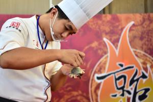 台灣的廚師在廚藝交流賽中製作菜品。         (新華社 劉軍喜 攝)