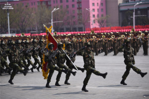 北韓人民軍參加閱兵式。(新華社 程大雨 攝)