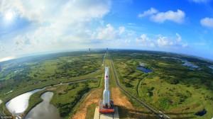 長征七號遙二運載火箭與天舟一號結合後,在海南文昌發射場一景。