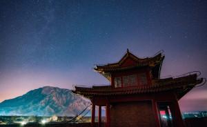 夜晚,由東門上的樓閣眺望高大的雞鳴山。