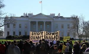 美國政府違背承諾未如期關閉迫害人權的關達那摩監獄,引起民眾赴白宮抗議。