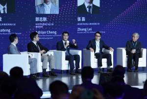 首屆「粵港澳大灣區論壇」6月20日在香港舉行,騰訊公司董事會主席兼首席執行官馬化騰(左三)在論壇上發言。 (新華社 王申 攝)