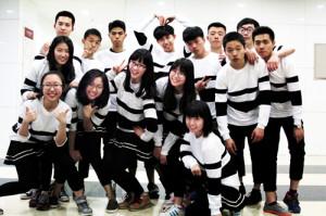 圖為中國人民大學台生周士涵(後排左四)大學期間參加文化藝術節舞蹈表演。(圖片由受訪者提供)
