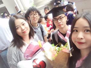 圖為畢業典禮結束後,廈門大學台生闕啟維(右二)與同學朋友合影留念。(圖片由受訪者提供)