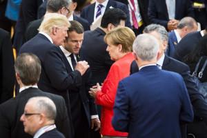 在德國漢堡,德國總理默克爾(中右)、美國總統川普(中左)和法國總統馬克龍(中)在二十國集團(G20)峰會期間交談。 (新華社)