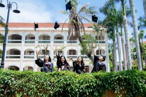 圖為華僑大學台生李玲嘉(右一)的大學畢業季。(圖片由受訪者提供)
