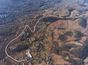 大陸貧窮連片特困地區寧夏西吉縣龍王壩村一景。 (新華社 李然 攝)