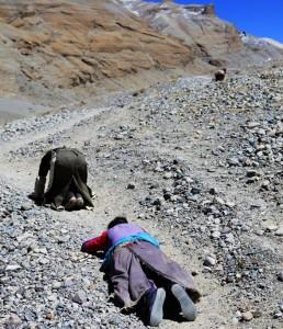 西藏朝聖者「磕長頭」並非來自傳統,而是現代化的產物。