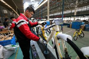 天津市武清區南蔡村鎮一家自行車生產企業,工人在檢驗、整理準備下線的共用單車。  (新華社 董鑫 攝)