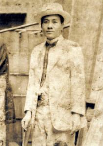 蔣渭水某次演講結束後遭日殖當局唆使流氓丟擲泥巴,但仍保持微笑(照片來源:維基百科)。