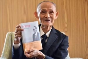 82歲的老兵高秉涵深知自己足夠幸運才能回到家鄉,而還有成千上萬的老兵致死無法如願,於是他一次次地將去世老兵的骨灰帶回家鄉。