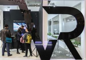 中國力量:今年在德國漢諾威舉行的2017年漢諾威工業展上,參觀者在中國航太科工集團公司展台體驗虛擬現實設備。  (新華社 單宇琦 攝 )