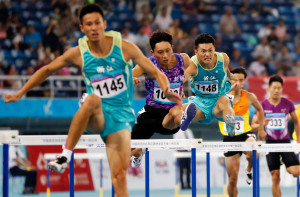 浙江選手馮志強(右一)在男子400米欄決賽中以49秒66的成績獲得冠軍。(新華社 王麗莉 攝)