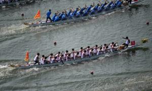 大陸第十三屆全運會群眾比賽項目龍舟決賽在湖南常德市柳葉湖開賽。 (新華社 李尕 攝)