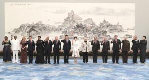 習近平和彭麗媛與金磚國家、新興市場國家受邀國領導人及配偶合影。(新華社 馬占成 攝)