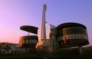 中國安徽省淮南市為了吸引遊客而修建的小提琴建築