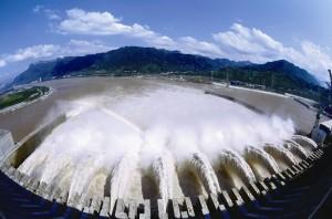 三峽大壩的壩體承受著巨大水壓。(新華網圖片)