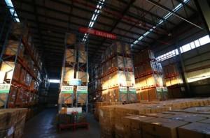 寧波保稅區百世雲倉內擺滿了貨物。