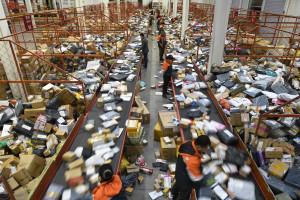 11月14日,寧夏銀川市一家快遞公司工作人員在加班加點分揀快件。        (新華社 王鵬 攝)