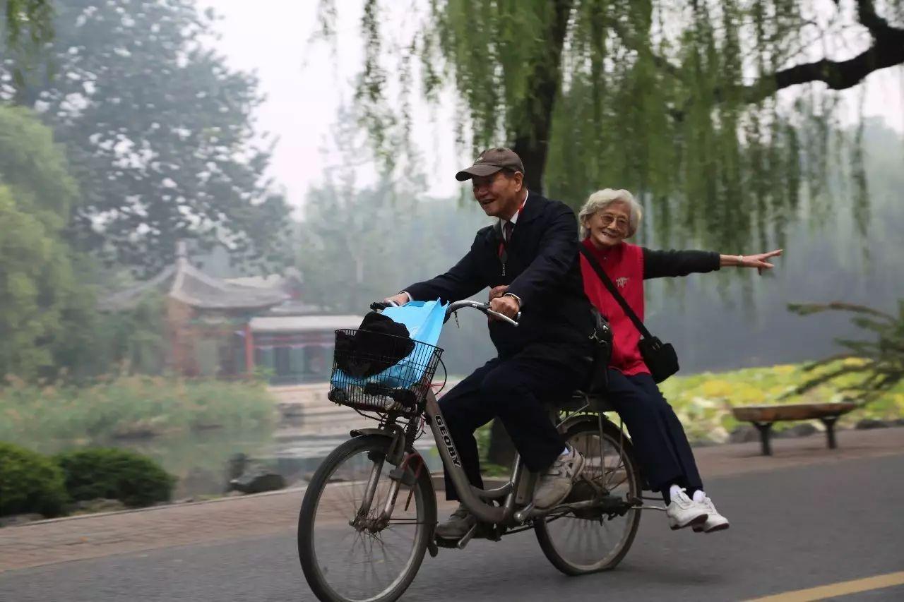 90歲的潘際鑾騎著電動車帶著85歲的老伴,穿梭於北京清華校園的林蔭間。