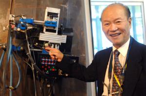 潘際鑾與他的「無軌道全位置爬行焊接機器人」。