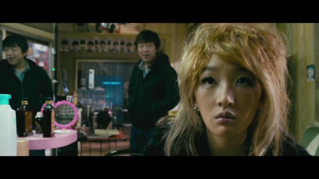 金馬影帝黃渤在電影《心花路放》中,有一段與殺馬特女孩(周冬雨飾)的對手戲。