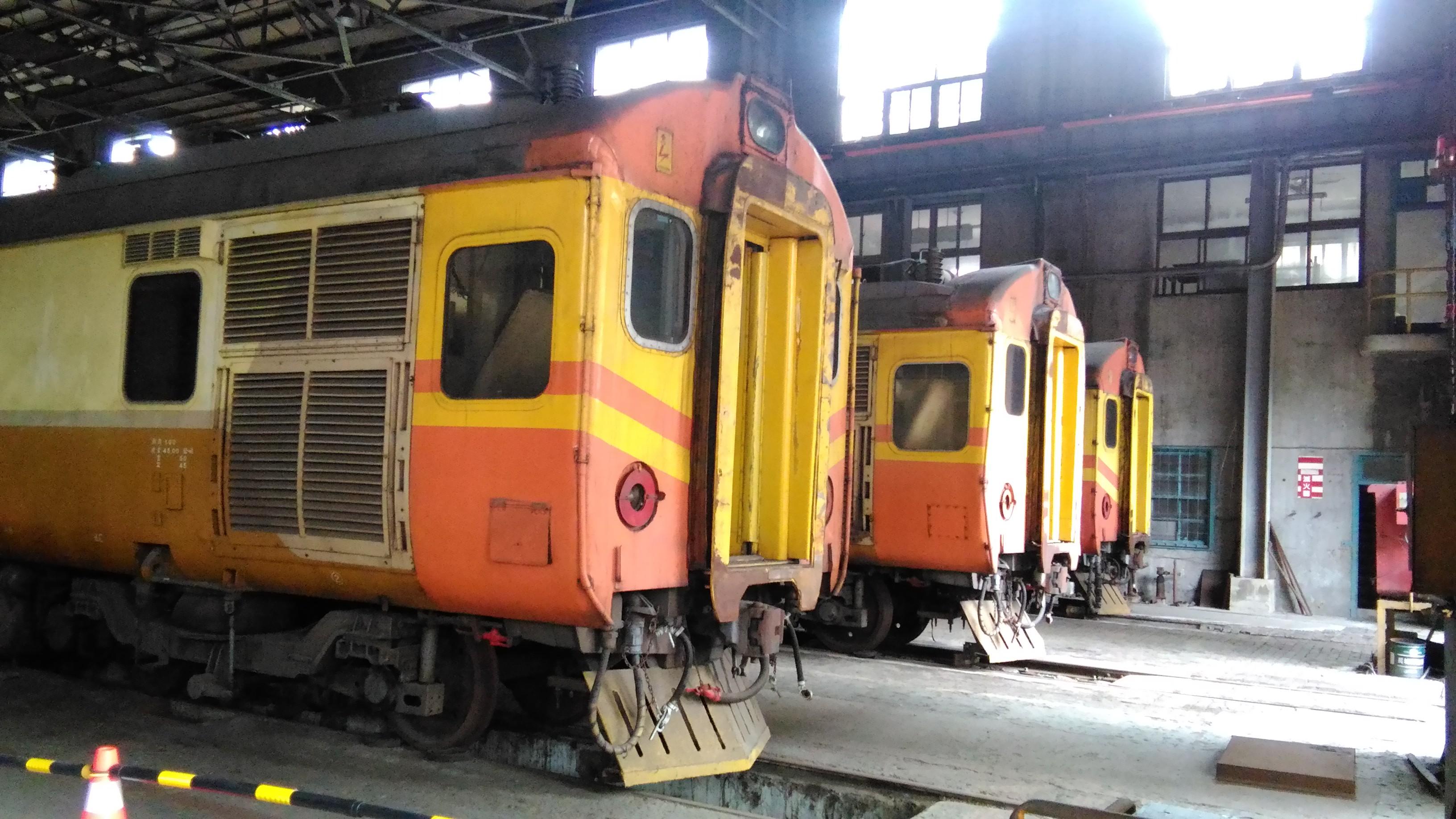 經1981年頭前溪事故後,台鐵將英國製的EMU100型自強號頭尾車廂改塗警戒的橘黃色。