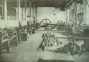 幾乎和台北機器局同期興建的旅順水雷局製造所廠房內部,平常有300人工作。1894年日軍從軍記者所拍攝。