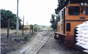 德國名車製造商「賓士公司」出品的「德馬B」(Diema)柴油車運糖包行駛在三線式鐵道─內側為糖鐵行駛的762mm軌距;外側為台鐵行駛的1067mm。(2004年拍攝)