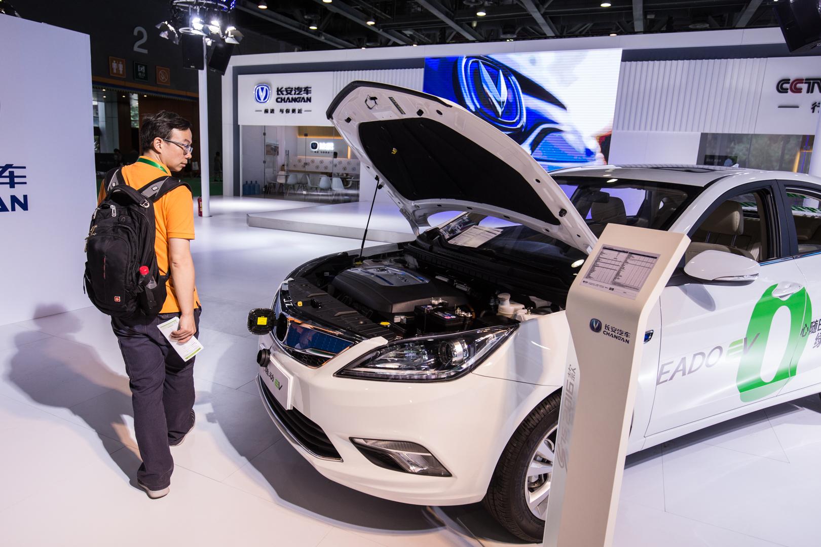廣州保利世貿博覽館,一位觀眾在參觀一輛新能源汽車。(新華社 張若玄 攝)