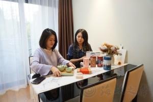 郁欣蓓(左)在上海的家中。