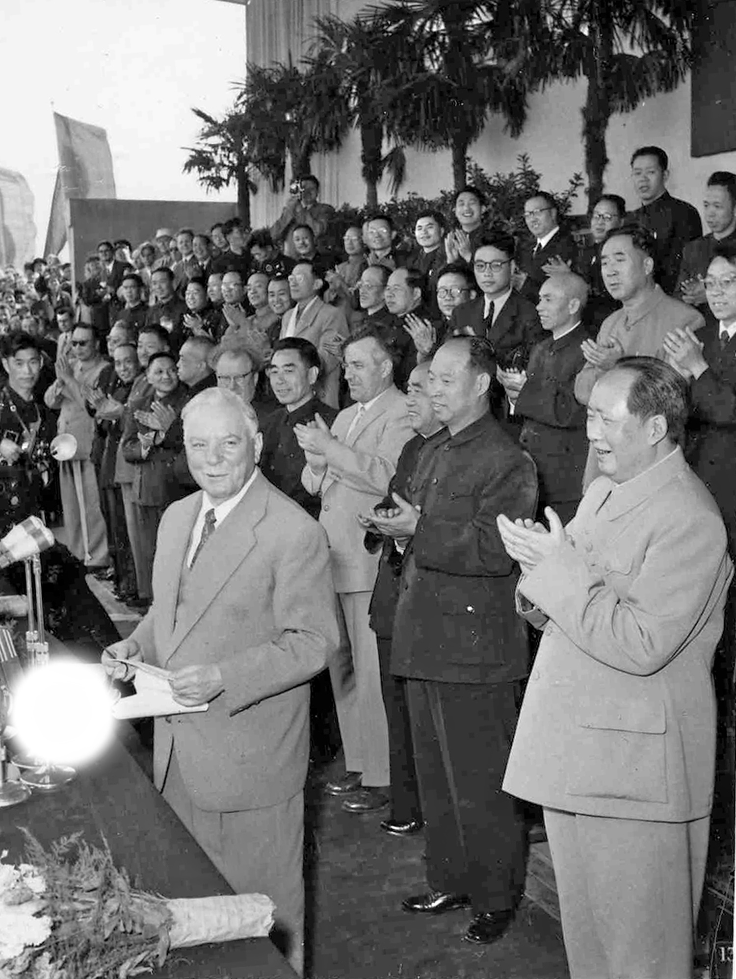 1957年4月18日,陳炳基(後排右6)出席由毛澤東主持的歡迎蘇聯領導人伏羅希洛夫的歡迎會。