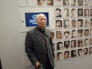 2014年4月,陳炳基在台北市南海路二二八紀念館裡與自己的照片合影。